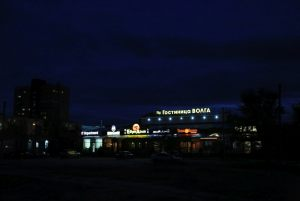 гостиница и близлежащая инфраструктура в ночное время
