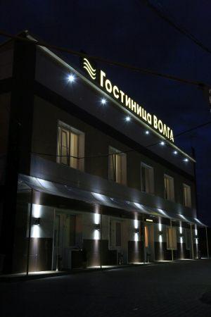 фасад гостиницы в ночное время